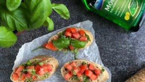 Bruschetta tomaateilla ja sitruunanmakuisella kalanmaksaöljyllä