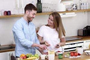 pariskunta keittiössä